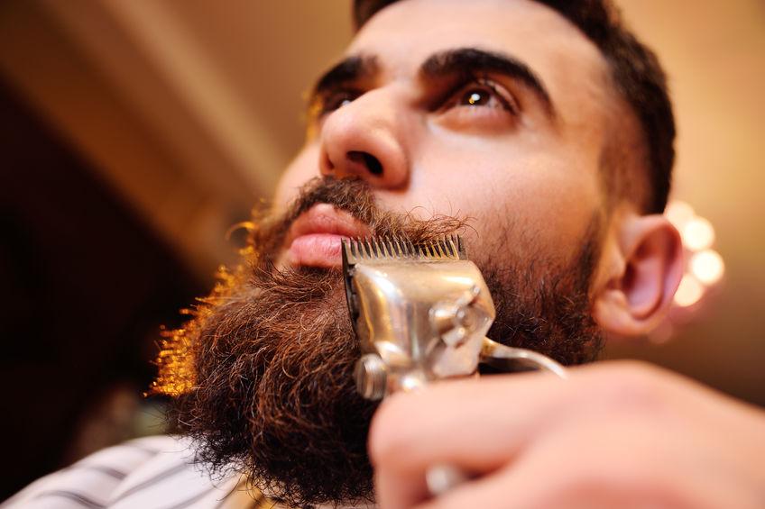 Primo piano su un regolabarba e una barba lunga