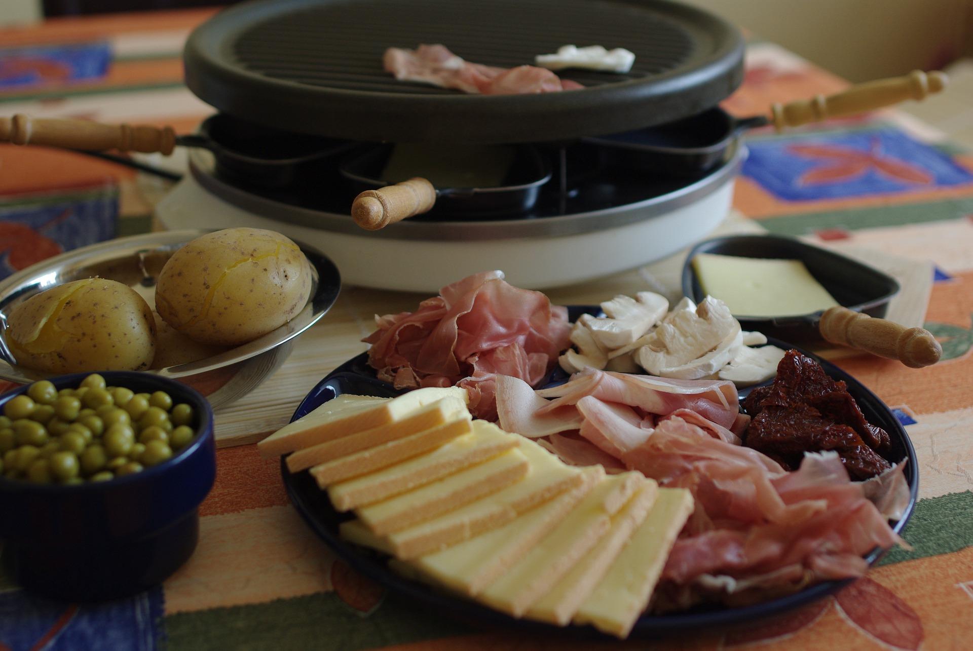 Piatto con antipasti e raclette sullo sfondo
