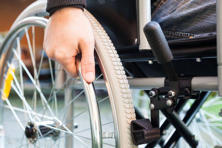 Particolare di una ruota della sedia a rotelle