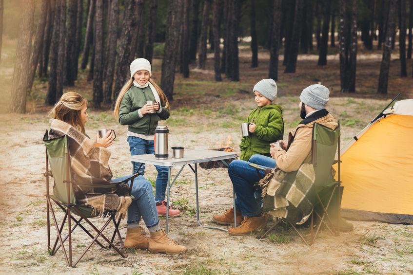 Famiglia intorno a un tavolo da campeggio