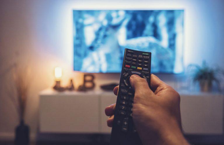 Telecomando puntato sulla televisione