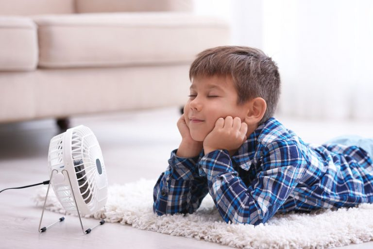 Bambino davanti a un mini ventilatore