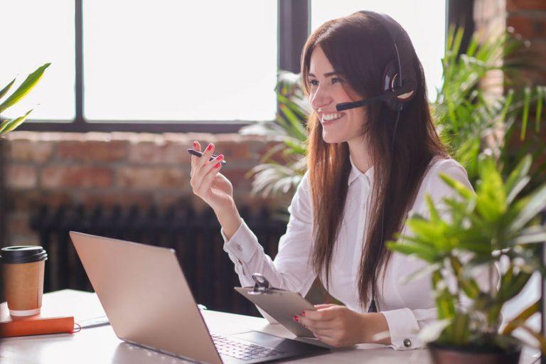 Donna al PC con cuffie headset