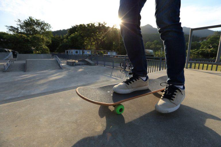 Persona con lo skate in una pista da skateboard