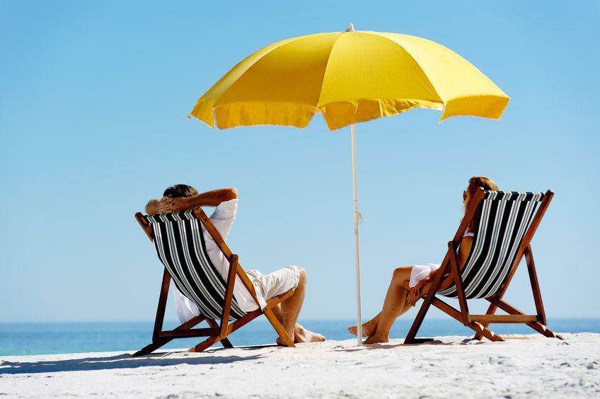 Sdraio e ombrellone sulla spiaggia