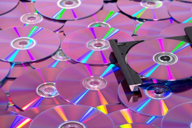 Moltissimi dischi e un lettore DVD aperto