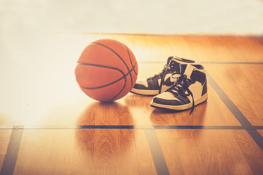 Campo da basket con palla e scarpe