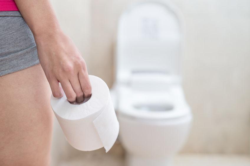 Rotolo di carta igienica i primo piano e WC sullo sfondo