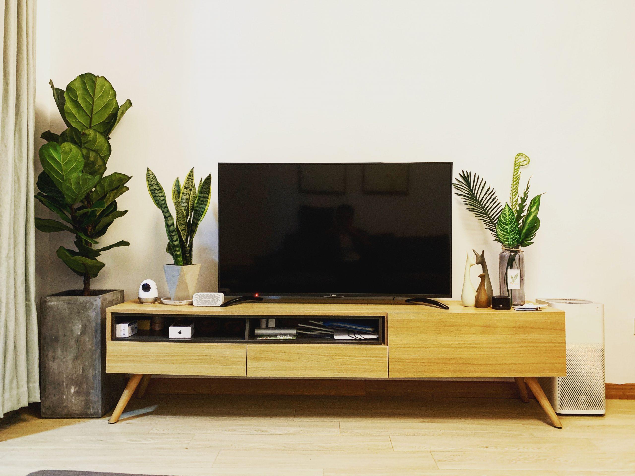 Soggiorno con TV nero