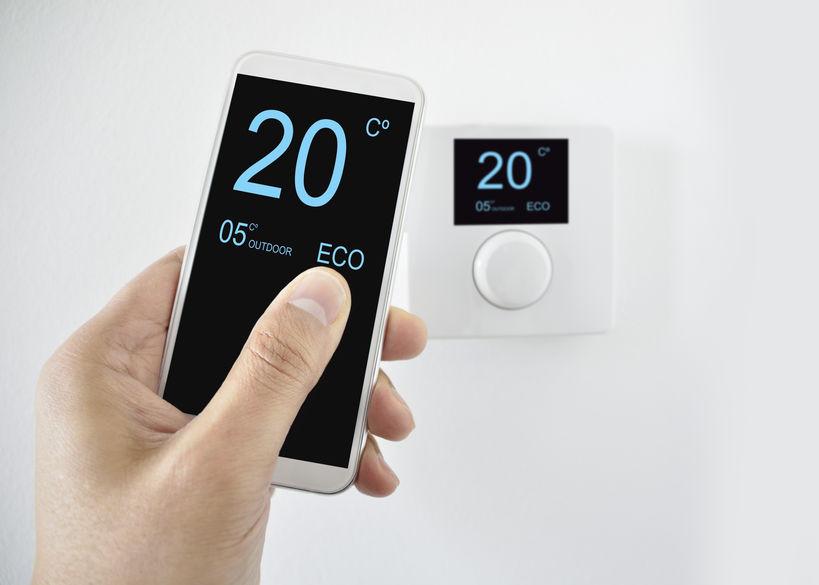 Telefono che imposta il termostato