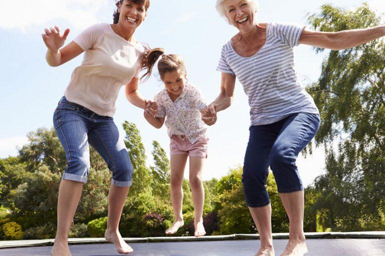 Tre generazioni che saltano su un trampolino
