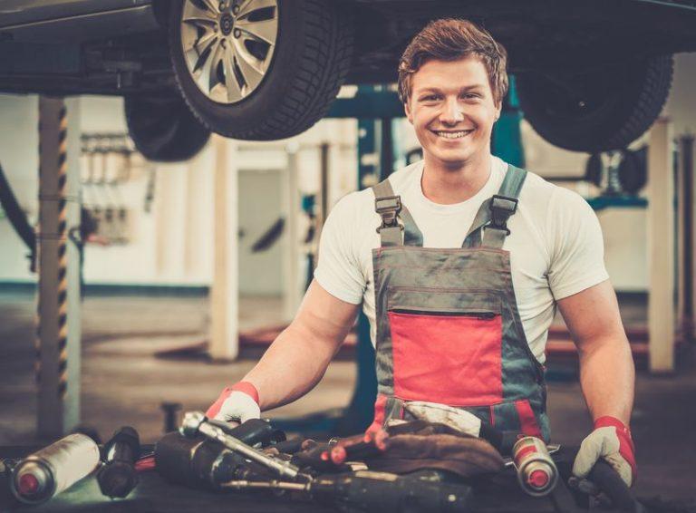 Meccanico auto che sorride