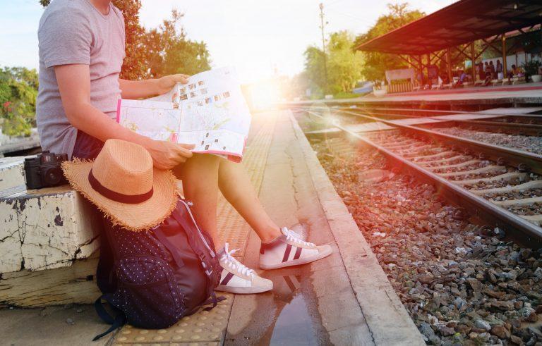 Donna che aspetta il treno