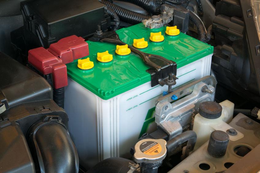 Una batteria auto con coperchio verde