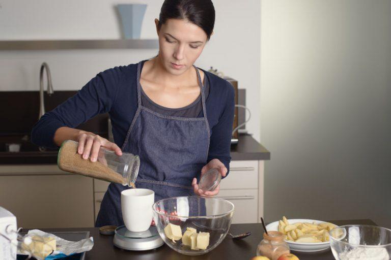 Donna che prepara una ricetta in cucina