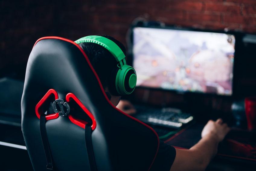 Gamer su sedia da gaming