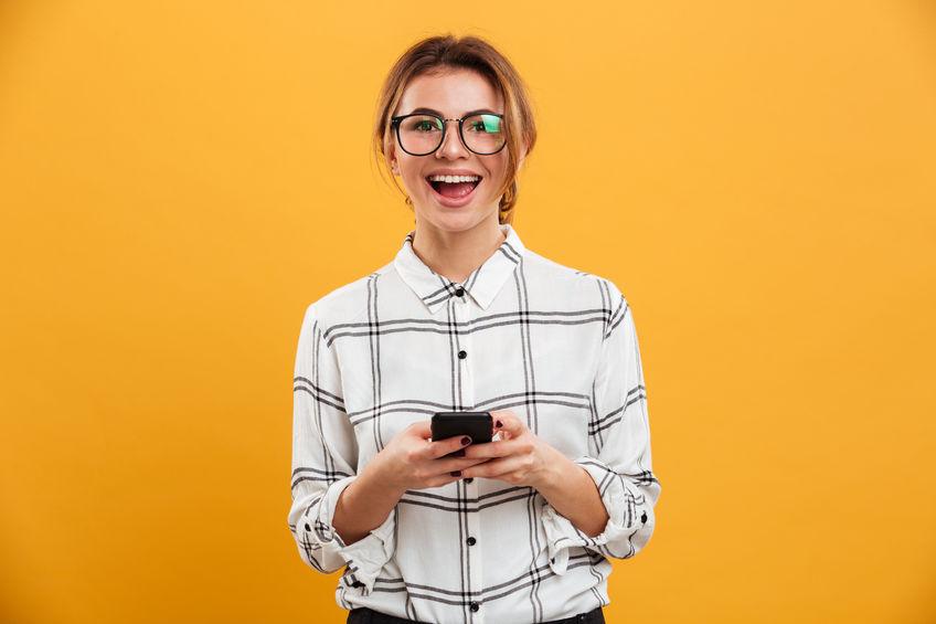 Donna con il telefono in mano