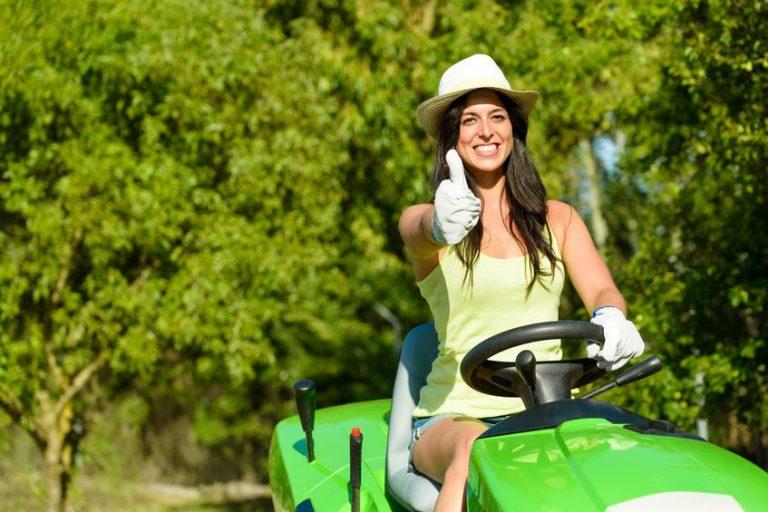 Donna su trattorino verde