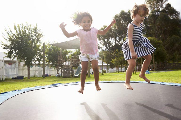 Bimbe sul trampolino