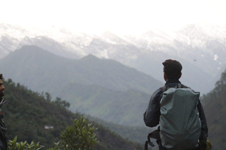 Uomo che ammira una montagna