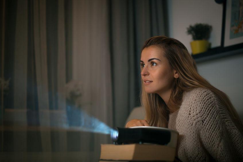 Donna che usa un proiettore