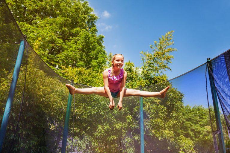 Bambina su un trampolino elastico