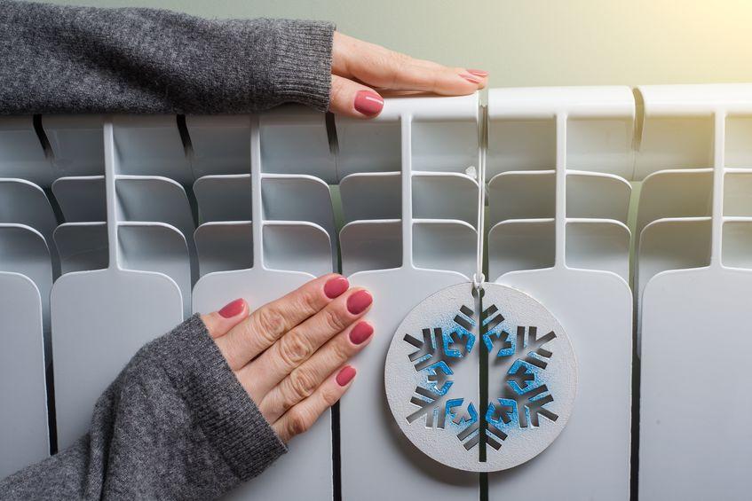 Donna che tocca un radiatore
