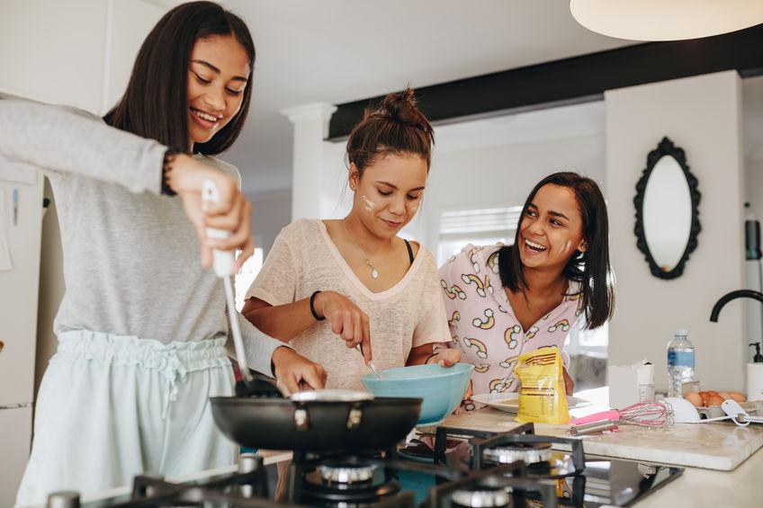 Donne in cucina che si divertono