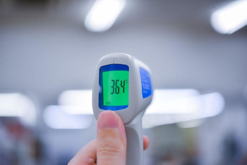 Termometro in mano