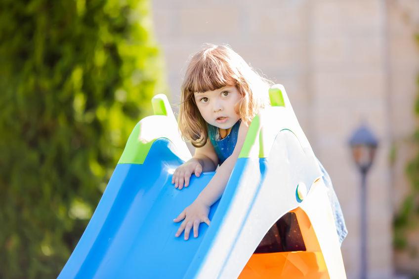 Bambina che sta per fare lo scivolo