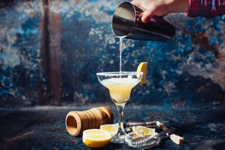 Cocktail versato da uno shaker