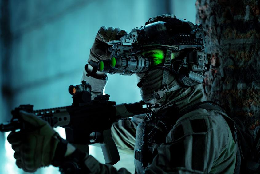 Militare che usa un visore notturno