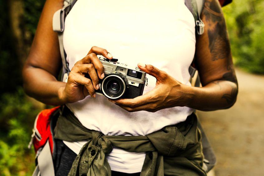 Persona con macchina fotografica in mano
