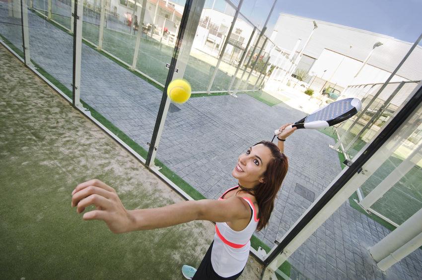 Donna che sta per colpire la pallina