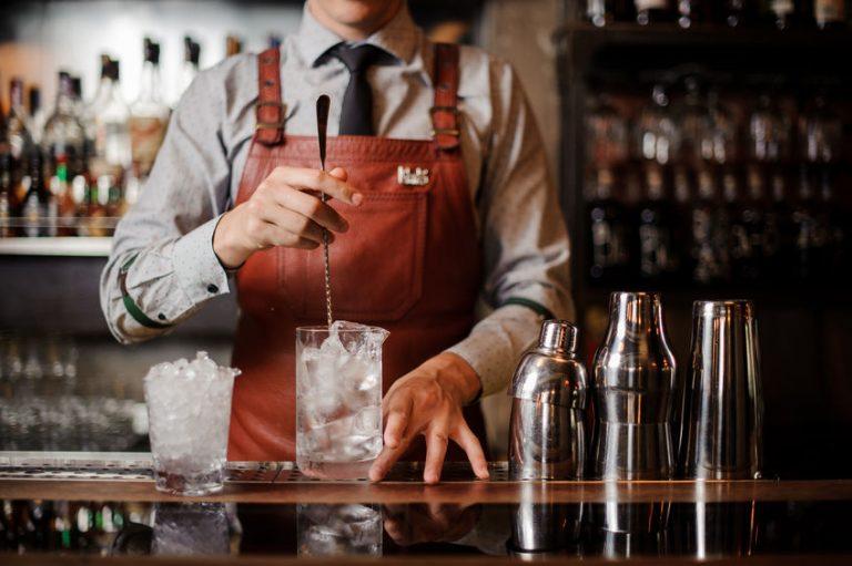 Barman che mescola una bibita