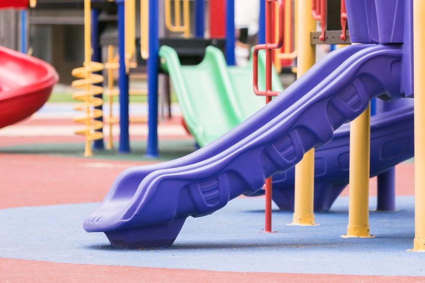 Scivolo viola in un parco per bambini