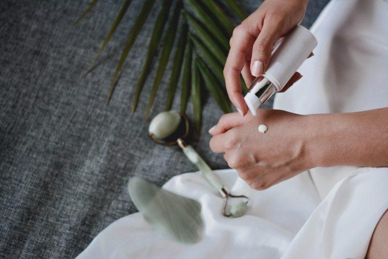 Donna che usa una crema sulle mani