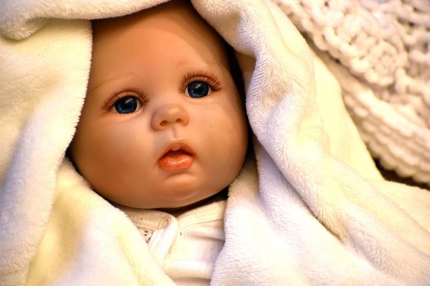 Bambola avvolta in una coperta