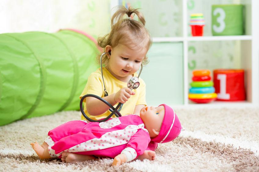 Bimba che gioca con una bambola