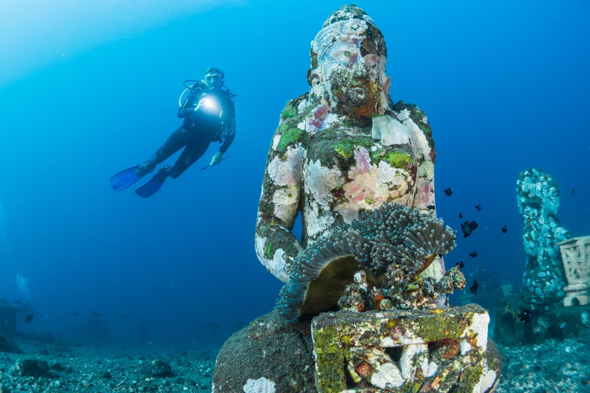 Sub che illumina una reliquia sott'acqua