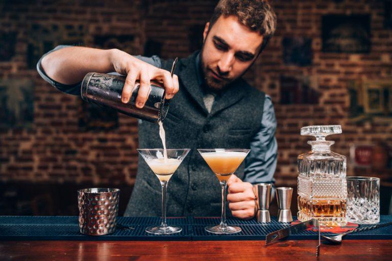 Barman che versa un cocktail