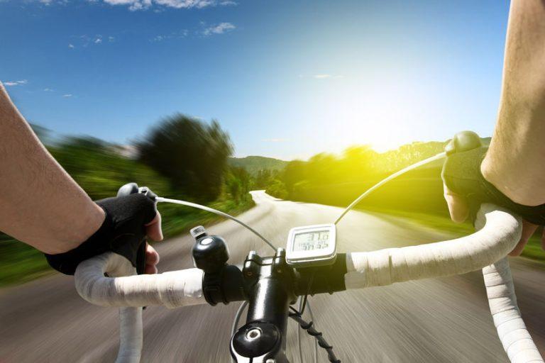Persona su una bicicletta da corsa