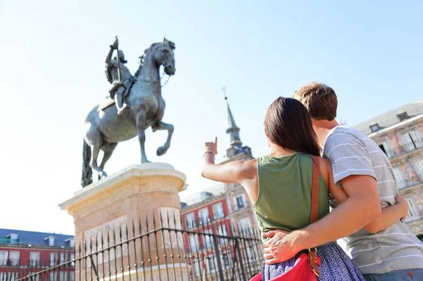 Coppia che indica una statua