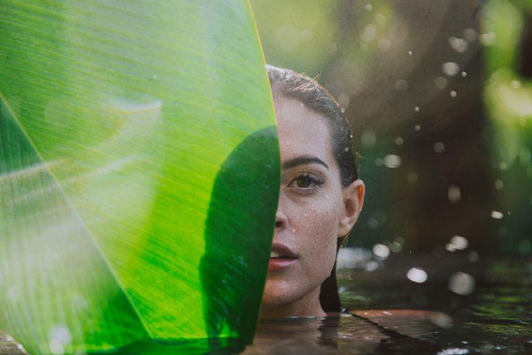Donna che fa il bagno in un lago
