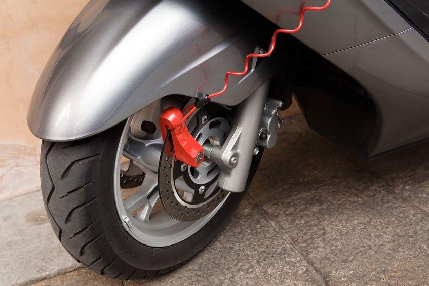 Particolare su un blocca disco per scooter