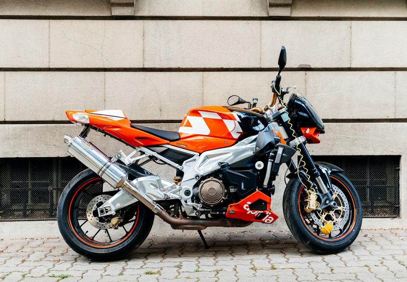 Una moto con blocca ruota