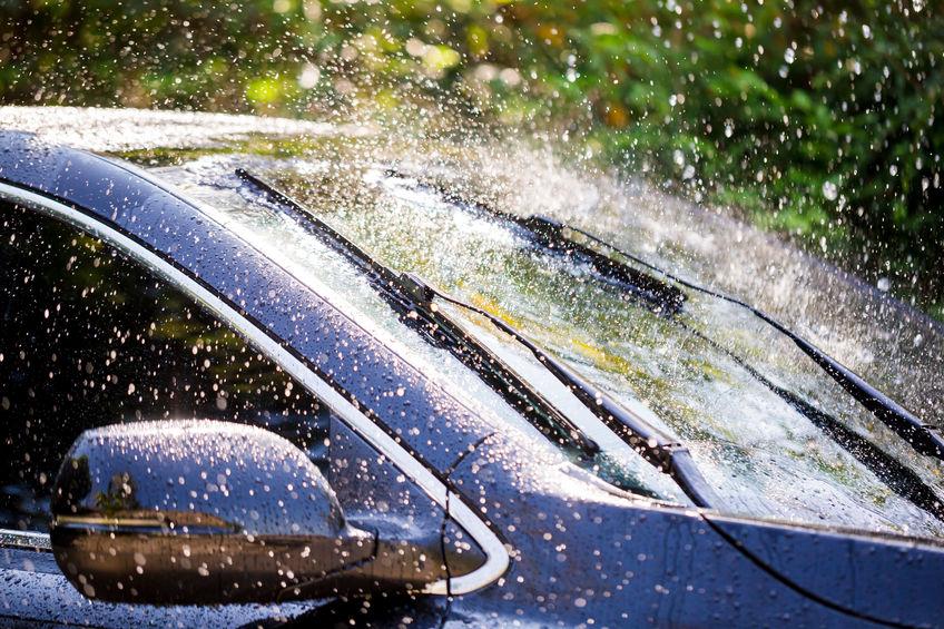 Lavaggio di un parabrezza di un auto