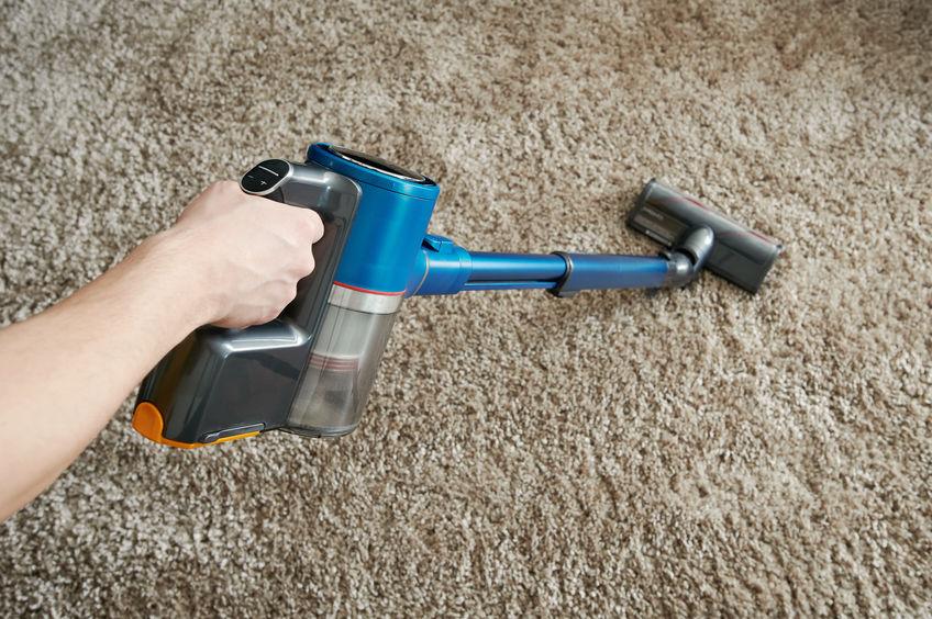 Aspirapolvere su in tappeto.