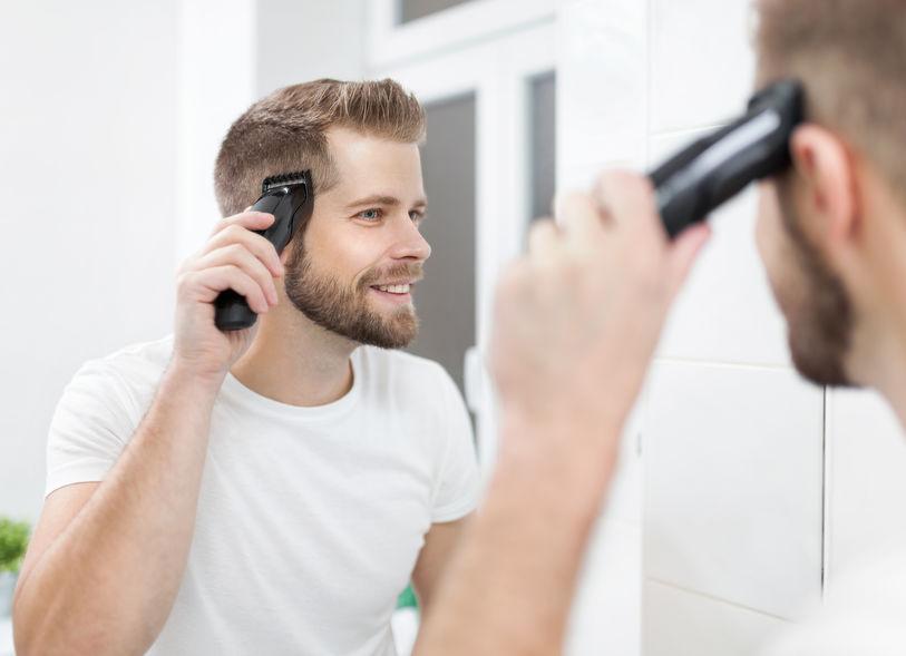 chico cortandose el cabello