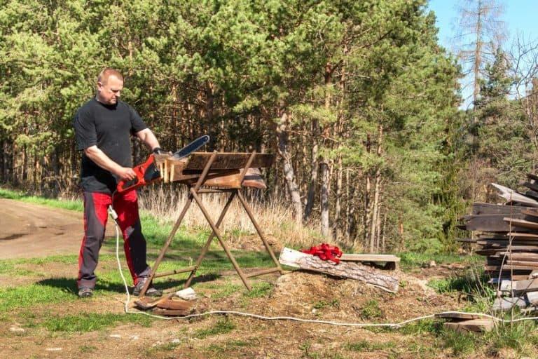 Un hombre con una motosierra cortando madera